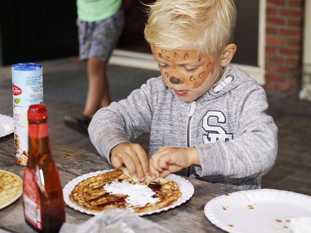 Pannenkoeken eten uitsnede